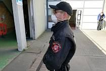 Strážníci ústecké městské policie s ochrannými pomůckami