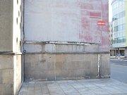Novinové stánky v centru města, které skončily kvůli rekonstrukci budovy krajského ředitelství policie na Lidickém náměstí. Na snímku Trafika u Grandu a  novinový stánek s prodavačkou posledního června, poslední den prodeje. Prodavačka tu pracovala deset