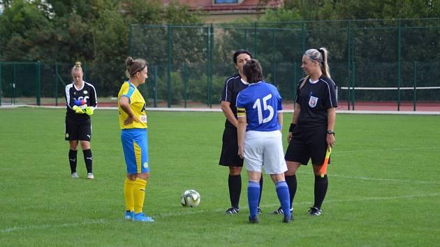 Fotbalová rozhodčí Veronika Mudrová (vpravo)