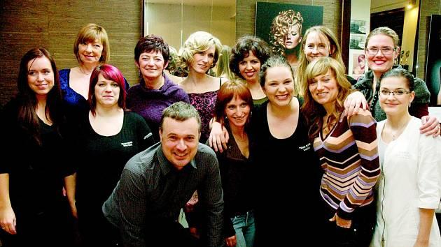 Tým Studia Jana Burdová se ve svém salonu sešel letos v únoru se šesti proměněnými dámami u příležitosti vyhlášení vítězky, jejíž proměnu ocenili čtenáři Deníku jako nejpovedenější. Tou se stala Věra Kováčová z Nového Boru. Kdo vyhraje tentokrát?