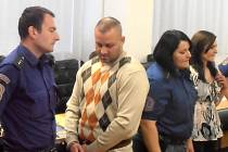 Farbár a Kotlanová si vyslechli v soudní síni rozsudek. Na dva uprchlé muže byl vydán mezinárodní zatykač.