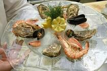 Mořské plody a ryby z Anglie nebo třeba z Dánska prodávají na trzích u Fora Paul Hotchin a Hana Adamcová.