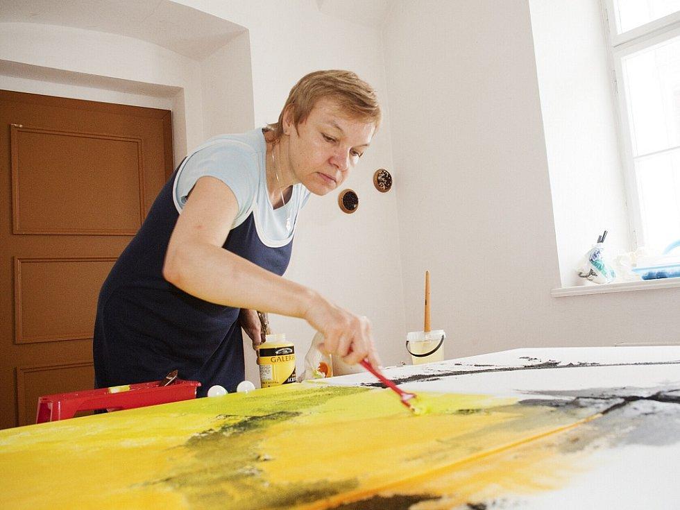 Vlasta Rydlová malovala akrylovými barvami na plátno.