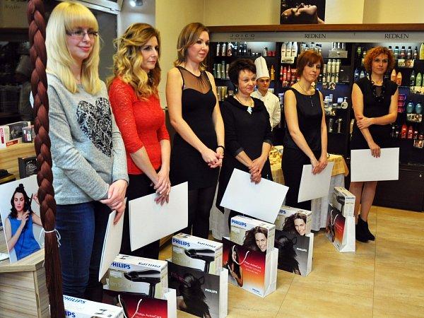 Šestice dam, které prošly proměnou ve třetím ročníku soutěže, na slavnostním večeru ve Studiu Jany Burdové.