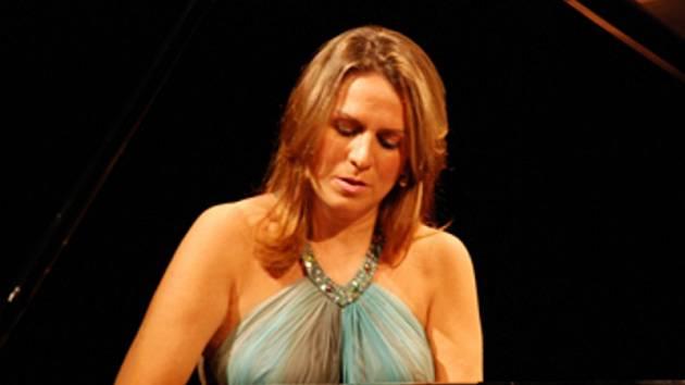 Patrícia Bretas hraje v pondělí večer v Děčíně.