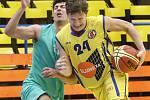 Basketbalovou bitvu ve čtvrtfinále Severočeské ligy mezi domácí Slunetou Ústí B (žlutí) a Baníkem Most (zelení) lépe zvládli mostečtí a zvítězili 58:62.