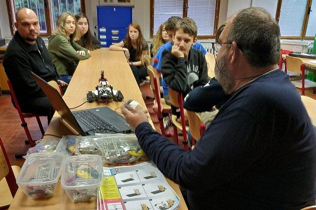 Ing. Jan Hartman předvádí žákům ZŠ Kadaňská robota Lego a stavebnici I- triangle