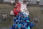 Školáci ve Velkém Březně vytvořili živou vlajku.
