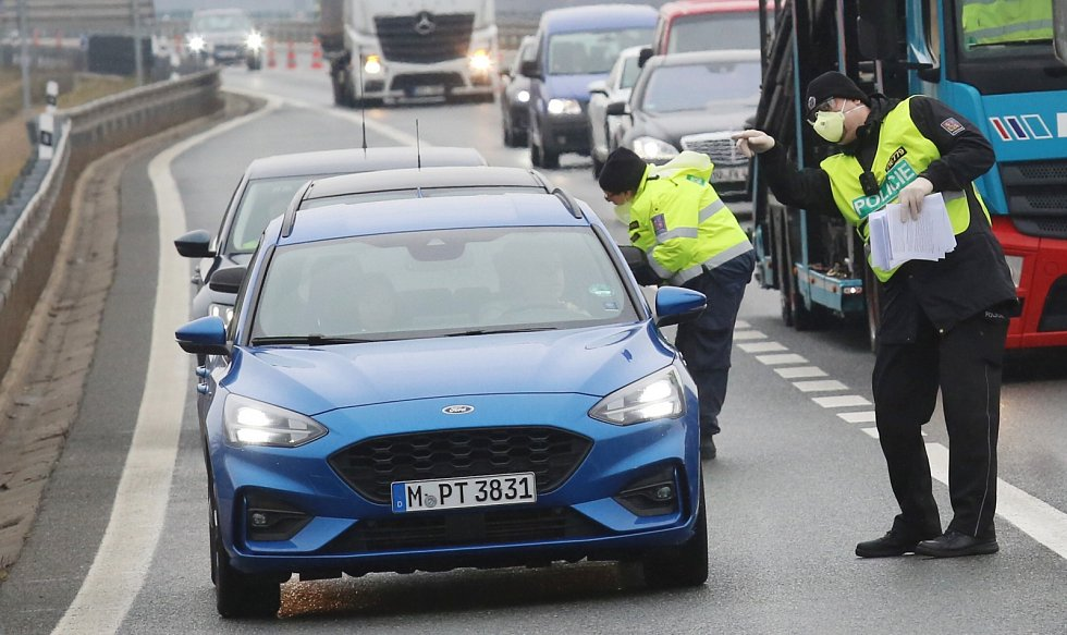 Poblíž hraničního přechodu Petrovice mezi Českou republikou a Německem začaly probíhat kontroly měření tělesné teploty řidičů a spolucestujících ve osobních vozidlech a autobusech.