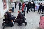 Strážníci pomáhají zraněnému muži na Mírovém náměstí v Ústí nad Labem