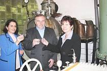 Rektorka Iva Ritschelová (vpravo) a prorektorka Helena Vomáčková z UJEPu si připili s Josefem Vejlupkem na vzájemnou spolupráci.