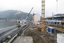 Přípravy na instalaci lávky, která do dokončení spojí Zanádražní prostor s přístavištěm.