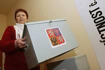 Pracovníci centrální radnice připravují volební místnosti v restauraci Perla v Hornické ulici. Kromě označení místností sem přepravili i volební urny nebo zástěny pro tajné hlasování.