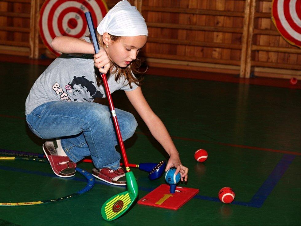 Děti z Vinařské si zkusily golf.
