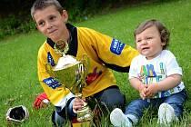 S pohárem zapózoval střelec Matyáš Kincl, jehož mladší bratr Marcus byl jen o málo větší než cenná trofej.