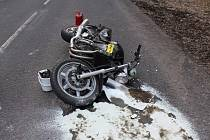 Motorkář riskantní jízdou dojel do nemocnice.