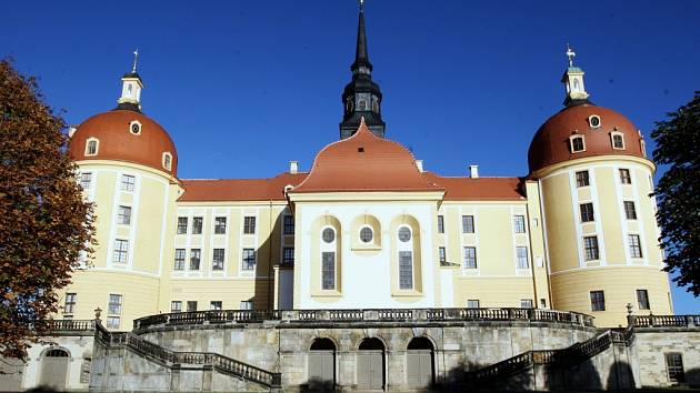 Zámek Moritzburg, kde vznikala slavná Popelka.