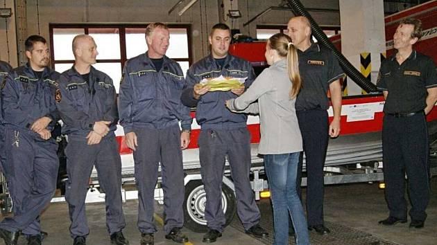 Děti ze ZŠ Anežky České přinesly hasičům dárky ke Dni laskavosti