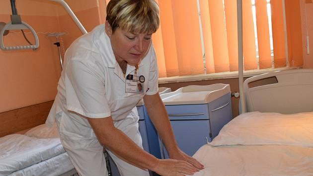 Sestřička Lenka právě převléká postele v nově zrekonstruovaných prostorech lůžkové části chirurgie v přízemí budovy rumburské nemocnice.