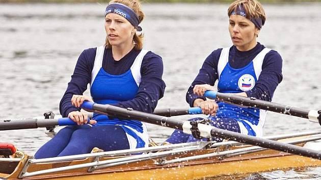 Veslařky ústecké Chemičky Klára Janáková a Lenka Floriánová jsou velké kamarádky a závodí spolu již několik let. Na snímku v závodech dvojskifů.