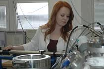 Simona Lupínková u jednoho z přístrojů nutných k její práci v laboratoři na ústecké univerzitě.