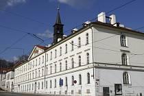 Původní Ústav pro zaopatřování a zaměstnání dospělých slepců na Klárově. Po druhé světové válce byl slepecký ústav přemístěn a budovu získal Úřad předsednictva vlády, později Český geologický ústav, dnes Česká geologická služba.