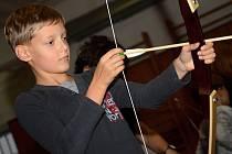 Křesťanské sdružení mladých lidí (YMCA) také nabízí lukostřelecký kroužek.