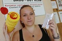 Terénní pracovnice Drug-out klubu Kateřina Černá a Michaela Čechová ukazují výbavu batohu, který při práci nosí s sebou. Obsahuje i malý kontejner na jehly.