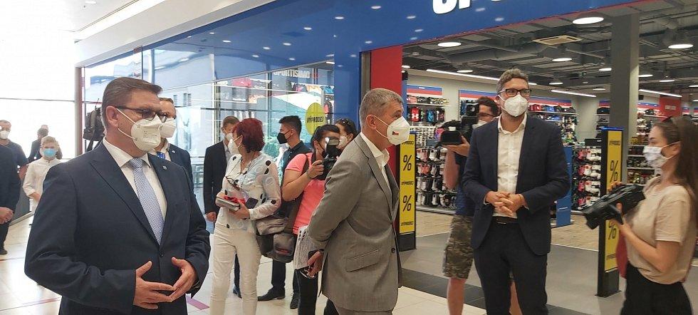 Na nově otevřené očkovací centrum v ústeckém Foru se přijel podívat i český premiér Andrej Babiš s dalšími hosty. Doprovázel je hejtman Jan Schiller