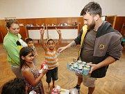 Pracovníci potravinové banky přivezli  potraviny do Předlické školy, kde jsou ubytování Romové ze zrušených ubytoven.