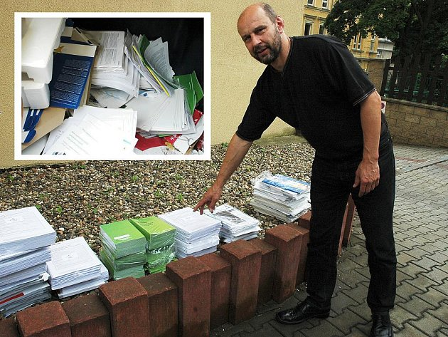 Petr Boháč ukazuje na již přerovnané vyhozené tiskoviny Státního fondu životního prostředí.