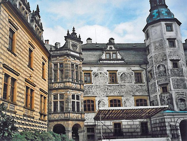Státní hrad a zámek Frýdlant stojí na mohutné skále nad řekou Smědá.