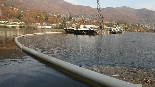 Z potopeného pontonu vytekly do Labe ropné látky.