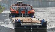 Remorkér Duke se podařilo po třech dnech šífákům protáhnout přes zdymadla. Hlavní bylo zajistit loď pontony a spočítat závaží.