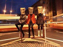 Směj se! To je hlavní poselství fotografií trojice autorek Elišky Andělové, Markéty Petříčkové a Báry Zikové. Podle nich jsou lidé příliš zachmuření. Rozveselit je chtějí tvorbou v ulicích.