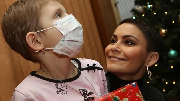 Pacientům Dětské kliniky Masarykovy nemocnice přivezla dárky modelka Vlaďka Řepková-Erbová.