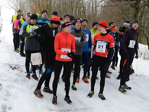 Běh Milana Varcholy přilákal do zasněženého lesa sedmačtyřicet běžců.