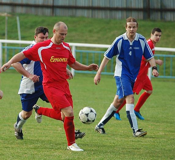 Fotbalové utkání Benešov (v červeném) a Svádova (v modrém).
