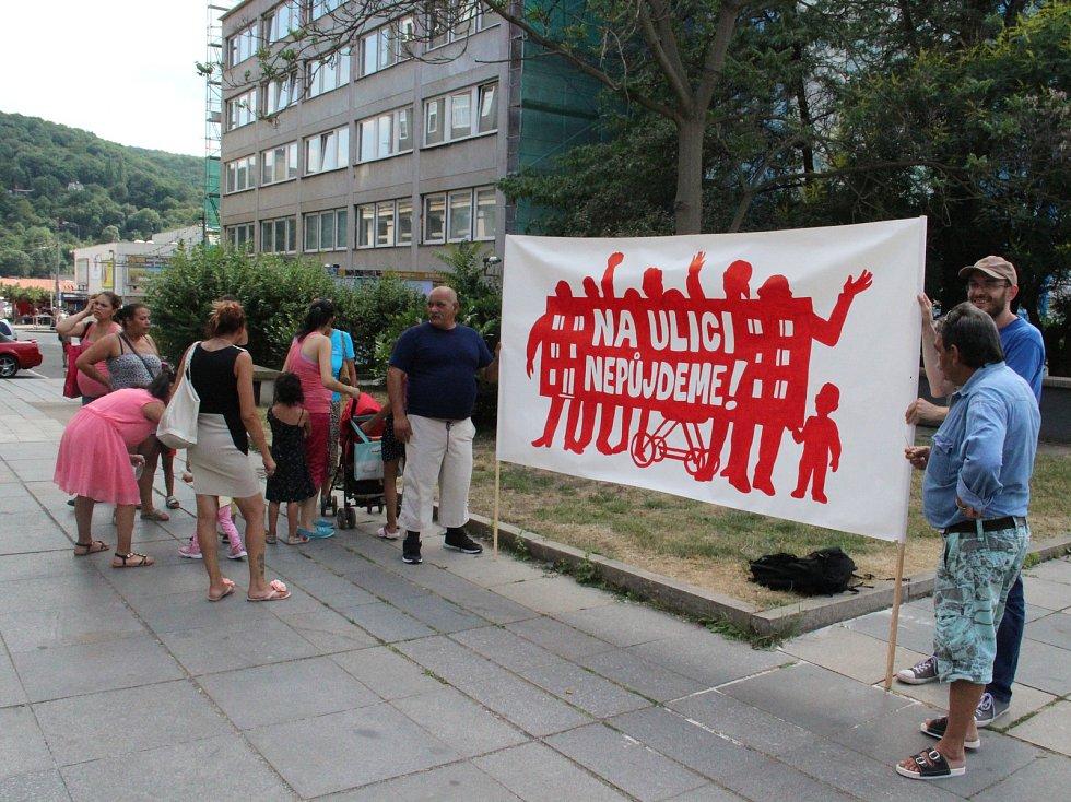 Demonstrace lidí z končících ubytoven v Ústí nad Labem