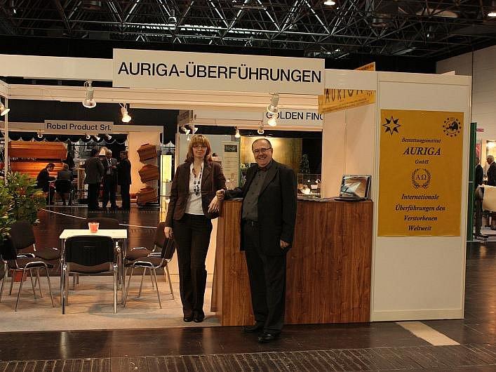 Stánek litoměřické společnosti Auriga dávající na srozuměnou, že tato pohřební služba komplexně zajišťuje převozy zesnulých z České republiky do zahraničí.