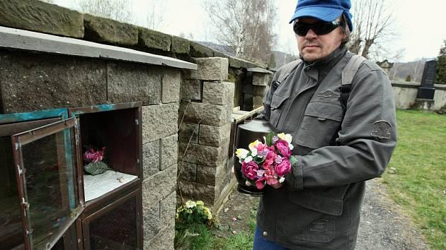 Jindřich Chmátal přemísťuje urny s popelem svých blízkých do nového kolumbária, protože to současné zloději kovů zničili.