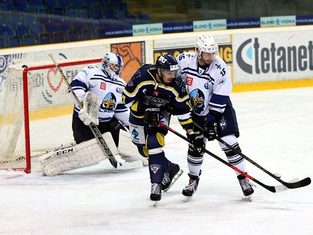 Hokejisté Ústí (modří) doma prohráli s Kladnem 1:4.