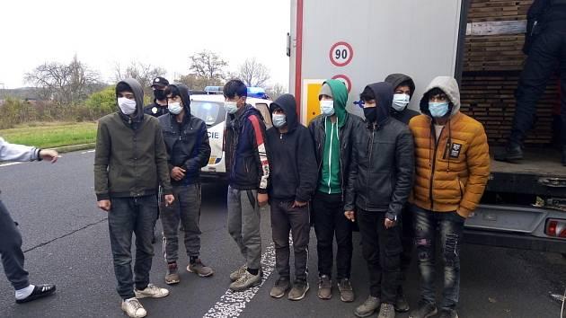 Osm osob se ukrývalo mezi nákladem dřeva. Strážníci je odhalili v Předlicích
