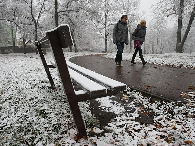 Ráno pokryl centrum Ústí první letošní sníh. Podle meteorologů se ovšem nejednalo o klasický sníh, ale o sníh průmyslový.