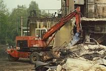 Dobourávání želebetonových konstrukcí po odstřelu na menší kusy vhodné pro naložení a odvoz na skládku.