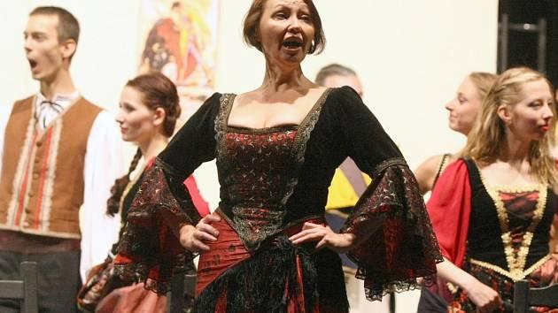 Vášnivá Carmen míří z Ústí na zámky po Česku.