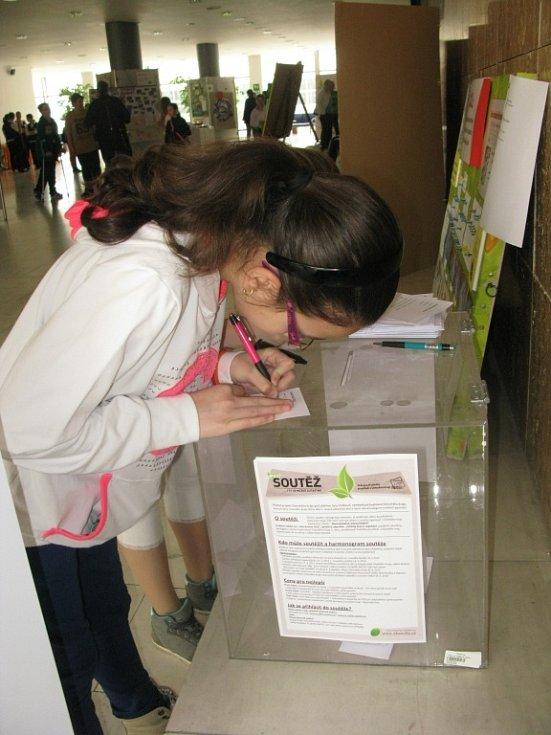 Do křesel krajských zastupitelů zasedly děti a zahájily svou výstavu i hlasování o vítězi.