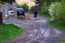 Za deště se bez holínek neobejdou, když je sucho, tak po projetí auta pro prach nevidí.