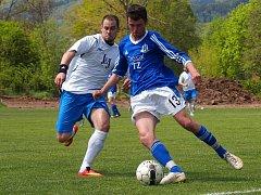 Fotbalisté Chuderova (bílé dresy) zvítězili v Chabařovicích po přestřelce 5:4.