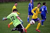 Fotbalisté Chabařovic (modří) zvítězili na hřišti Malého Března vysoko 7:1.